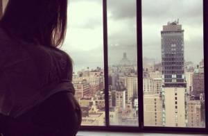 Namorada de Henri Castelli exibe barrigão de grávida durante viagem em NY