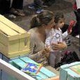Grazi Massafera brinca com a filha, Sofia, de 1 ano, em parque de shopping e usa sua aliança de casamento com Cauã Reymond, no dia 7 de outubro de 2013