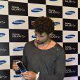 Cauã tinha um anel comum no lugar da aliança de casamento no lançamento de uma marca de celular, na Marina da Gloria, em 30 de abril de 2013