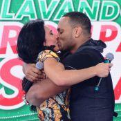 Scheila Carvalho beija Tony Salles e diz: 'Orei para Deus recuperar meu marido'