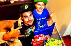 Caio Castro enche o irmão de presentes em Natal na casa da avó, em São Paulo