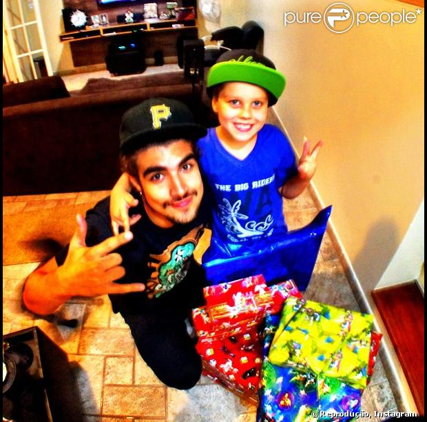 Caio Castro deu vários presentes para o irmão caçula, Enzo, na noite de Natal, nesta terça-feira, 25 de dezembro de 2012