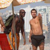 Thiago Martins joga futevôlei e atende fãs em dia de praia no Rio