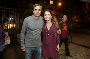 Cláudia Abreu e o marido vão à estreia de peça na Zona Sul do Rio de Janeiro