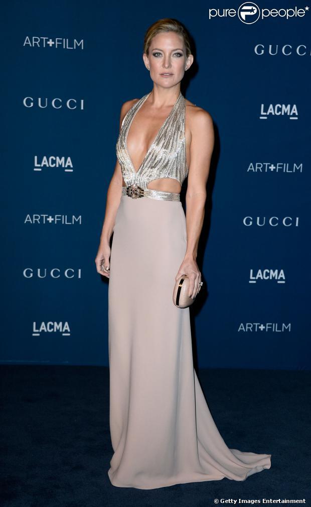 Kate Hudson escolhe vestido superdecotado da Gucci para ir a evento, em 2 de novembro de 2013