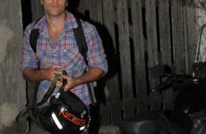 Bruno Gagliasso chega sozinho de moto para festa com elenco de 'Joia Rara'
