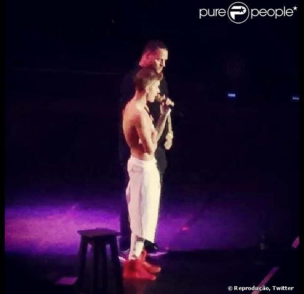 Justin Bieber abandona show na Argentina após passar mal por causa de uma intoxicação alimentar, em 10 de novembro de 2013