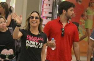 Claudia Leitte, sorridente, passeia com marido e filhos em shopping do Rio