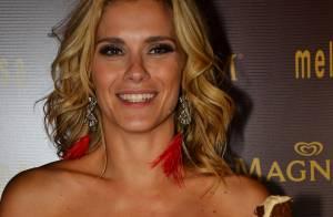 Carolina Dieckmann chega de conversível em evento e arrasa com look vermelho