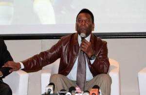 Pelé chora ao deixar hospital; rei do futebol operou o quadril
