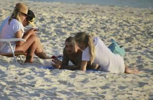 Felipe Titto curte folga das gravações de 'Amor à Vida' com a mulher na praia