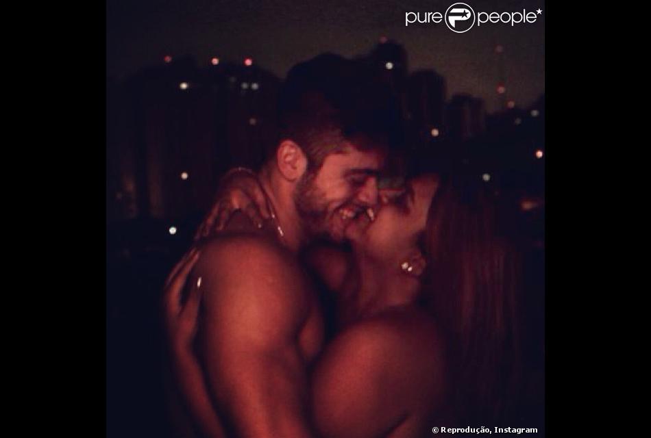 Preta Gil e Rodrigo Godoy e abraçam em foto sensual, em 24 de novembro de 2013