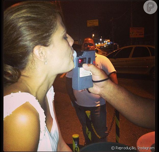 Nívea Stelmann é parada em blitz da Lei Seca, em 28 de dezembro de 2012