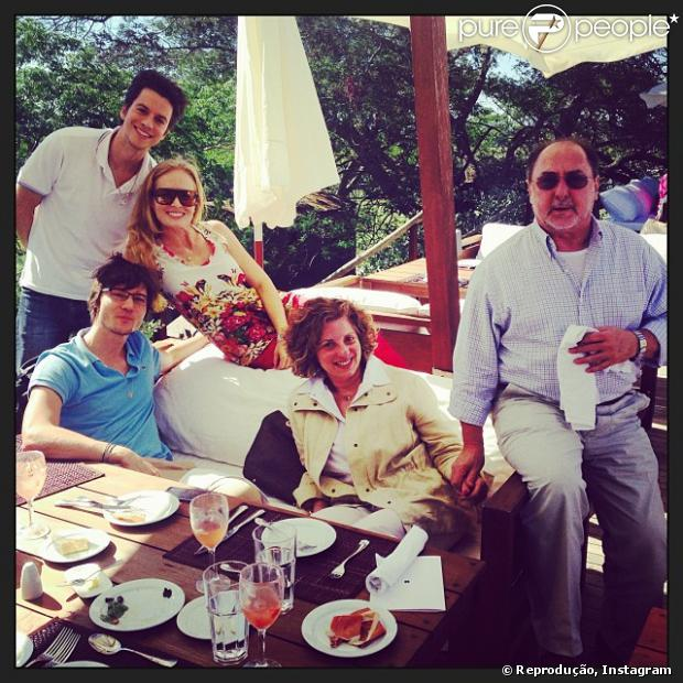 Angélica, que completa 40 anos neste sábado (30), resolveu antecipar a comemoração de aniversário. A apresentadora está curtindo a companhia dos amigos no Hotel Fasano Las Piedras, em Punta Del Este, no Uruguai, em 28 de novembro de 2013