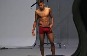 Neymar exibe o corpo sarado ao posar só de cueca e meia para campanha