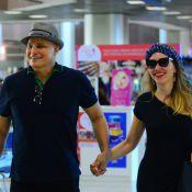 Edson Celulari embarca estiloso e sorridente com a namorada, Karin Roepke, no RJ