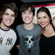 Emílio Surita e Monique Mioto foram ao show de estreia do cantor Thalles Cabral