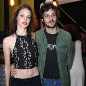 Chay Suede exalta namoro com Laura Neiva e afirma: 'Parceira maravilhosa'