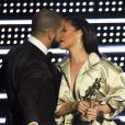 'É alguém por quem estou apaixonado desde os meus 22 anos. É minha melhor amiga no mundo e em toda minha vida adulta eu a admirei, apesar dela ser mais velha que eu. Ela é uma lenda viva da música', declarou o cantor para Rihanna
