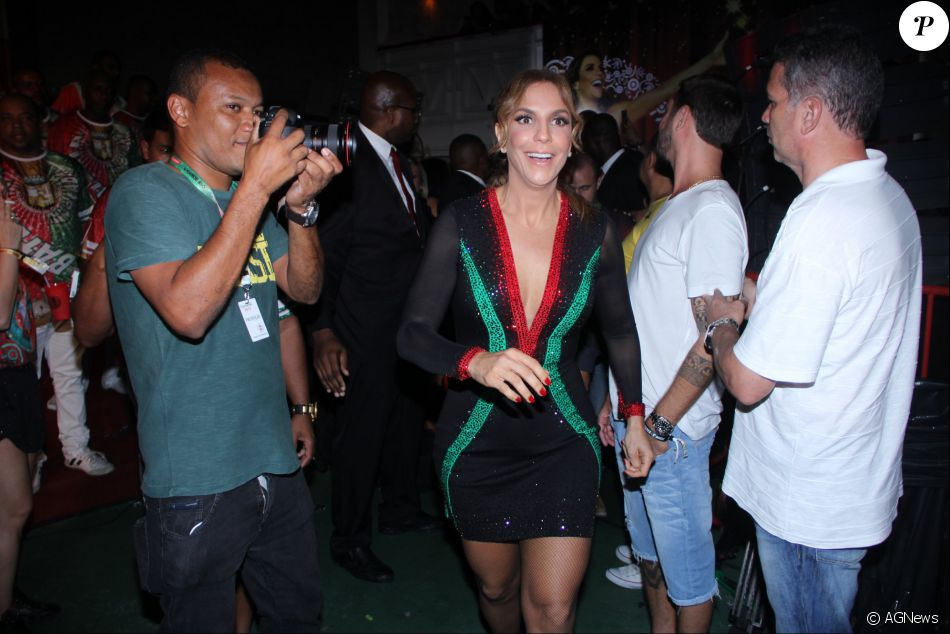 Ivete Sangalo arrancou suspiros das pessoas que estiveram na quadra da  escola de samba acadêmicos do ba83ddfcbf