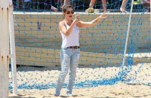 Cleo Pires vai à praia de calça jeans participar de evento Paralímpico