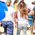 Cleo Pires chamou a atenção por circular de calça jeans pela praia