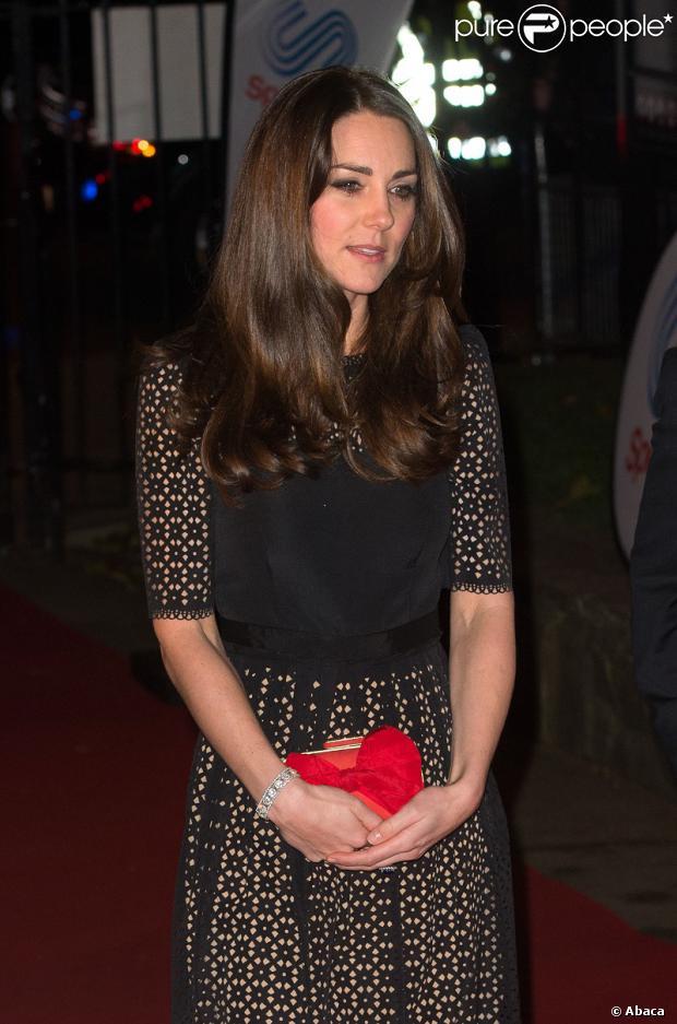 Kate Middleton está de visual novo. A duquesa de Cambridge passou seis horas em um luxuoso salão de Londres, de onde saiu com as madeixas mais escuras, como informou o jornal 'Daily Mail'