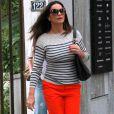 A ex-modelo Luiza Brunet combinou sua blusa listrada em off white e azul com uma calça na cor laranja e sandálias de salto