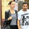 Acompanhada do namorado Douglas Sampaio, Rayanne Morais passeou no shopping com blusa de listras em preto e branco junto de calça despojada e jaqueta e bolsa de couro