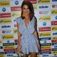 A blogueira de moda Camila Coelho usou vestido azul e branco com listras da estilista Lu Monteiro. Os babados da peça deram um efeito moderno ao look