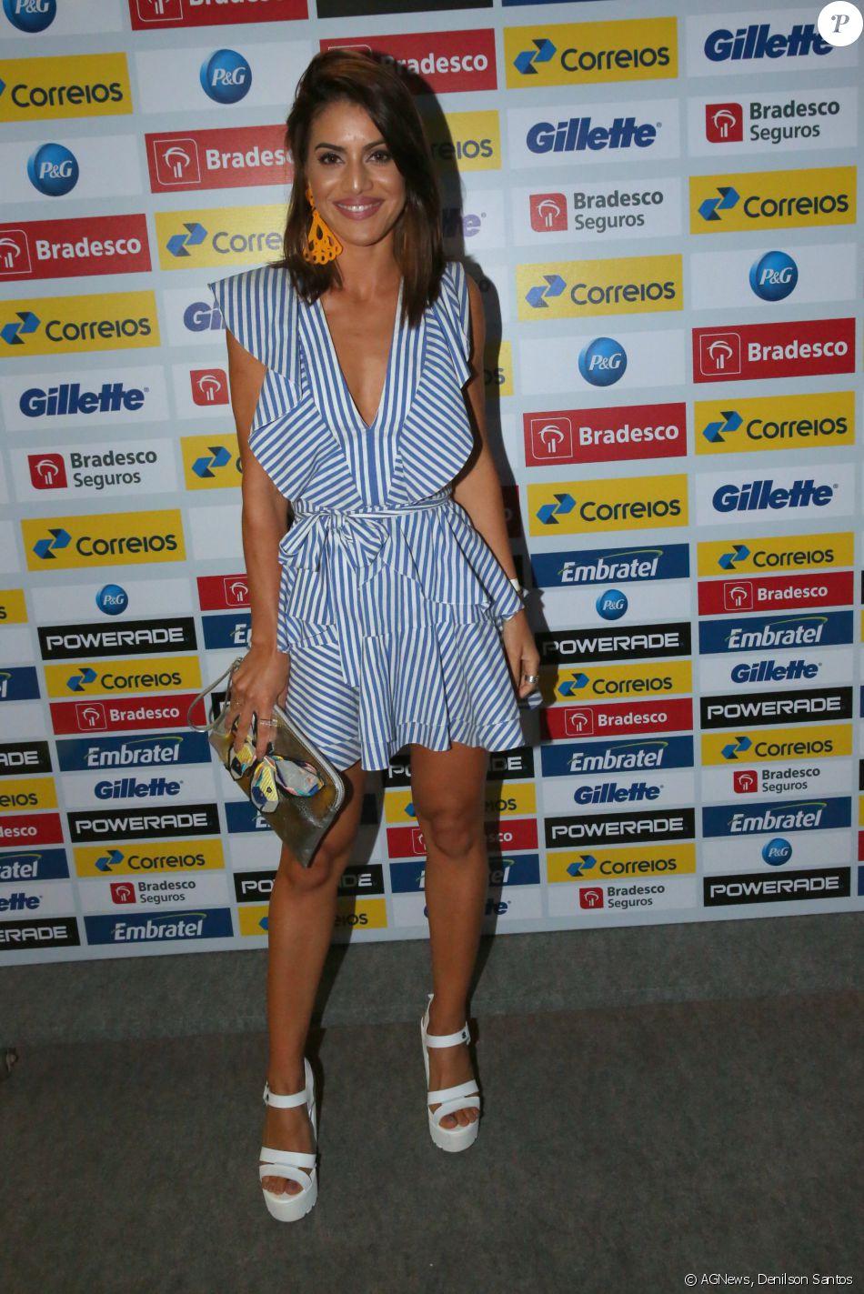 0b197a202 A blogueira de moda Camila Coelho usou vestido azul e branco com listras da  estilista Lu Monteiro. Os babados da peça deram um efeito moderno ao look