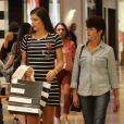 Camila Queiroz usou vestido de mangas preto com listras brancas e tênis para passeio no shopping com a mãe