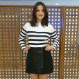 Bruna Marquezine usou blusa branca com listras pretas junto de saia curta com aplicações em paetê da grife NK Store e sandálias de salto alto