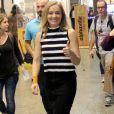 Angelica usou blusa de gola alta listrada com saia lápis durante filmagem para o programa 'Estrelas' em shopping do Rio