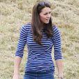 Para brincar com o filho, o pequeno George, Kate Middleton deixa os vestidos clássicos de lado e aposta em produções confortáveis. A mulher de príncipe William usou blusa azul de listras brancas com calça jeans e sapato mocassim para um dia ao ar livre