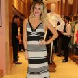 Giovanna Ewbank usou vestido da marca Morena Rosa longo com listras de tamanhos irregulares nas cores preto e off-white