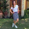 Misturando duas tendências, Ana Furtado usou saia listrada com tênis metalizado da grife Diesel