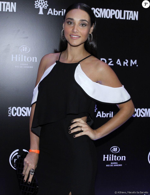 Débora Nascimento anda em alta com as tendências da moda. A atriz usou penteado com efeito molhado para a noite, novo styling queridinho das famosas