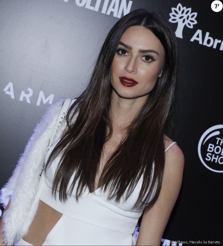 Thaila Ayala chamou a atenção por um batom vermelho com purpurina