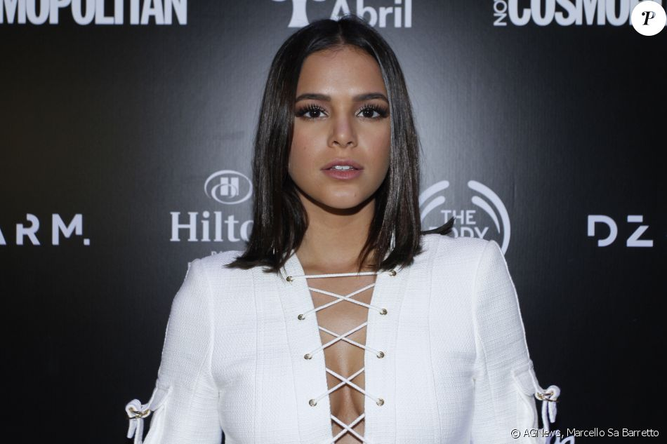 Bruna Marquezine investiu no modelo Lace-Up mini dress da grife Balmain