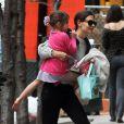 Katie Holmes levou a filha, Suri, no colo após buscá-la na aula de balé. A menina ficou no colo da mãe com a perna da frente em uma posição chamada 'attitude devant', na nomeclatura da dança! Muito fofas, né?