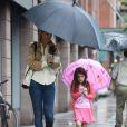 Katie e Suri passearam juntas em um dia chuvoso. A menina gosta tanto de rosa que até o guarda-chuva era da cor