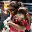 Katie Holmes carregou Suri e o ursinho da menina, que ficou no seu colo durante o passeio em Nova York