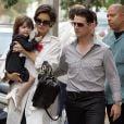 Katie Holmes, com os cabelos curtos, ao lado do então marido, Tom Cruise,  e a pequena Suri seguindo para a peça da Broadway 'All My Sons', em 17 de setembro de 2008