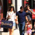 Katie Holmes e Tom Cruise levaram Suri para fazer compras no Westfield Mall, em Los Angeles, em julho de 2010, um dia antes do aniversário de Tom