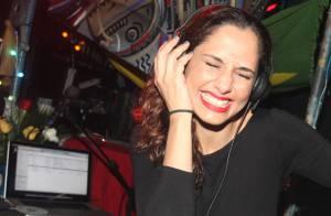 Camila Pitanga vira DJ e se diverte muito durante festa em São Paulo