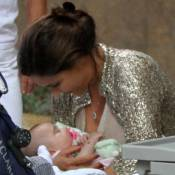 Guilhermina Guinle passeia com a filha, Minna, de 2 meses, no Leblon, no Rio