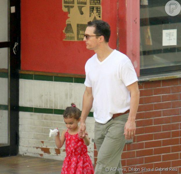 Matthew McConaughey passeia descalço com a filha Vida, de 3 anos, pelas ruas de Belo Horizonte, na manhã desta sexta, 20 de dezembro de 2013