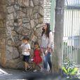 Camila Alves ao lado dos filhos mais velhos