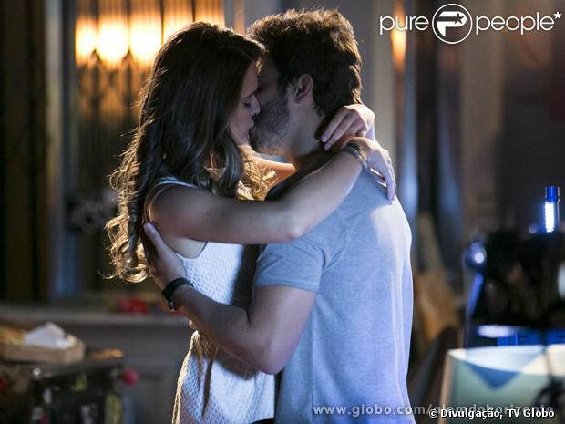 William (Thiago Rodrigues) faz surpresa para Lili (Juliana Paiva) e os dois passam a virada do ano juntos, em 'Além do Horizonte', em 31 de dezembro de 2013